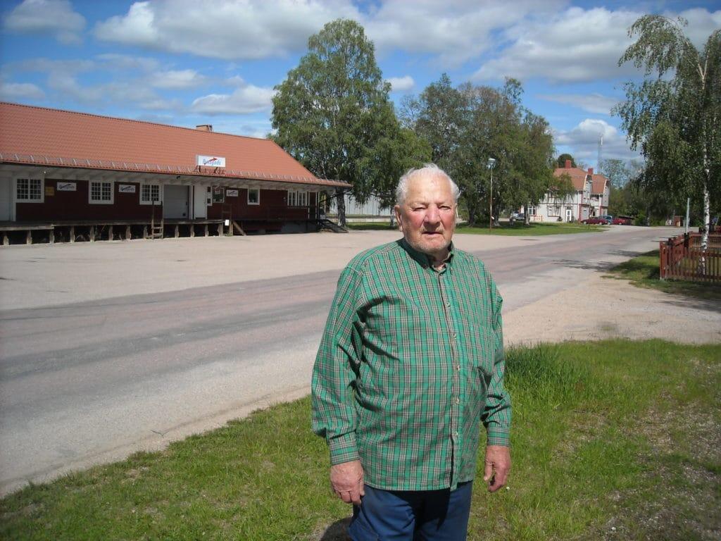 Här kan man tala om krutgubbe. Bosse Eriksson, 96 år boende i sin villa på Algatan i Sveg. En riktig piggelin och fängslande historieberättare med härlig humor och glasklara minnen från de cirka 40 åren han arbetade vid SJ i Sveg. Foto: Mats Haldosén