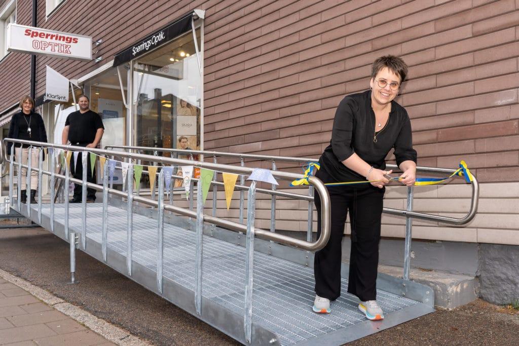 Madelene Hedh klipper bandet under överinseende av Lotta Köhler och Markus Wermelin när Härjedalens optik invigde sin nya ramp på fredagen. Foto: Morgan Grip