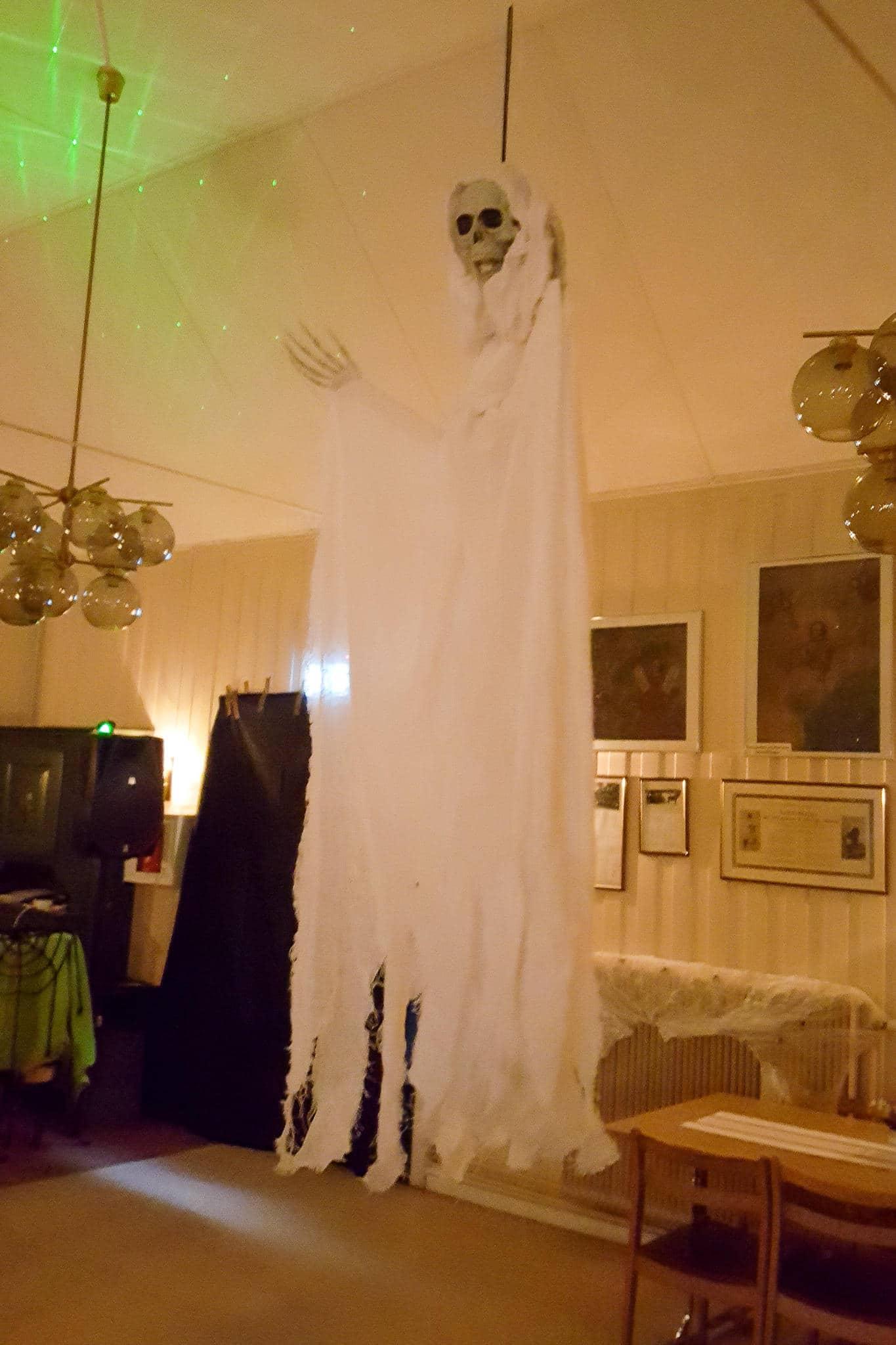 På Församlingshemmet anordnade Kyrkan en spöklik kväll med tipsrunda, gofika och disco. Foto: B-G Eliasson