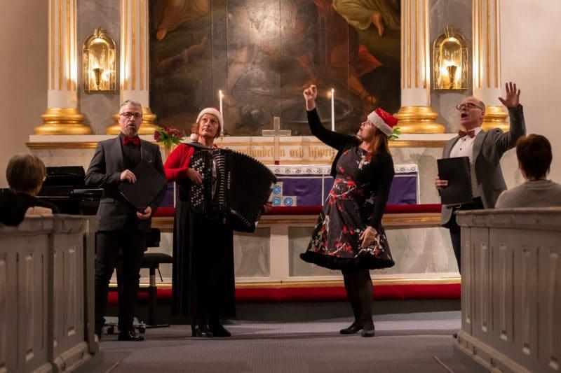 Närmare hundratalet åhörare hade bänkat sig i Svegs kyrka för tisdagskvällens julkonsert med kvartetten Fyrjuligen. Foto: Morgan Grip