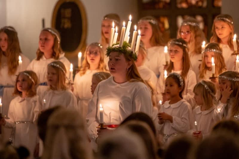 Lucia Märta Vesterström med tärnor och stjärngossar spred ljus och värme. Foto: Morgan Grip
