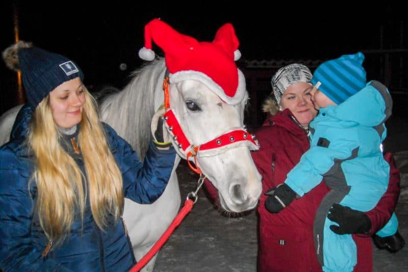 """Ponnyridning var en av programpunkterna arrangerad av Svegs Ryttarförening. Här hälsar lille Harry, 2 år, på den vackra och snälla hästen """"Dalila"""" under överinseende av mamma Tina Sandvall från Ulvkälla. Till vänster Sara Jonasson från Ryttarföreningen. Foto: Mats Haldosén"""