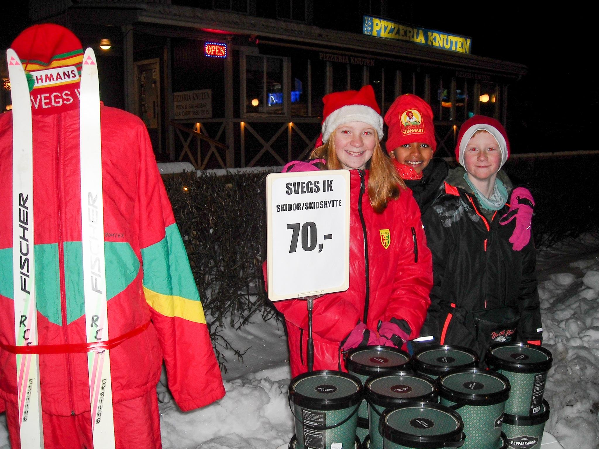Unga representanter för Svegs IK skidor/skidskytte sålde med stort hjärta pepparkakor. I mitten Frena Efraim flankerad av syskonen Irma och Albin Fundin. Foto: Mats Haldosén