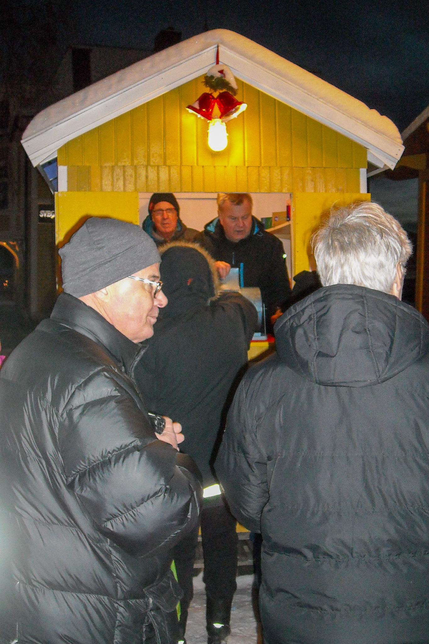 Svegs Idrottsklubbs tombola drog som vanligt till sig mycket folk som köade. Mario Johansson och Lennart Hallstensson hade fullt upp med lotteriförsäljningen som gav gott klirr i idrottskassan. Foto: Mats Haldosén
