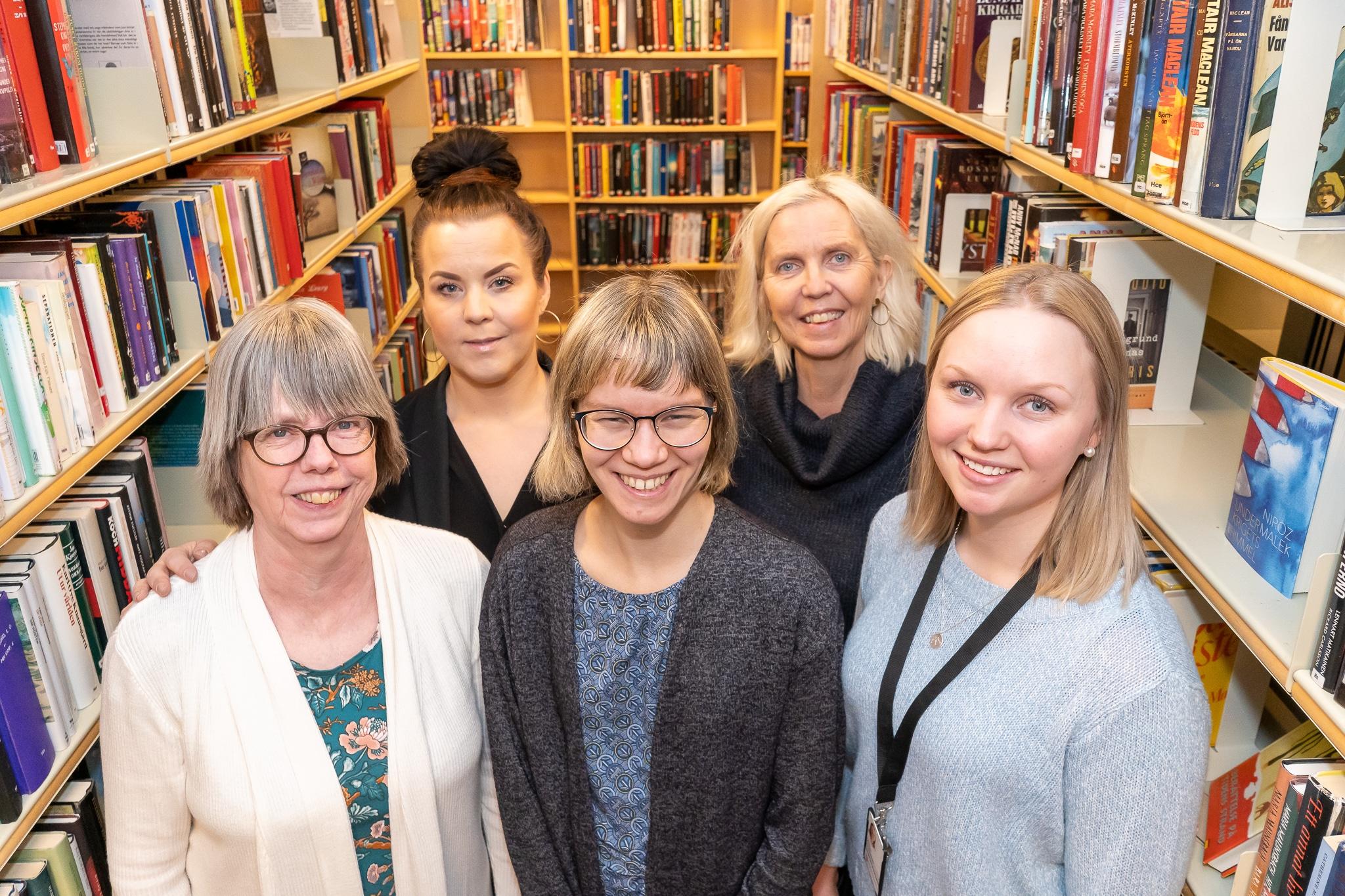 Eva Åkerström, Jessica Strand, Sara Flodin-Larsson, Anna Westling och Karin Åström bjöd på fika och berättade om verksamheten. Foto: Morgan Grip
