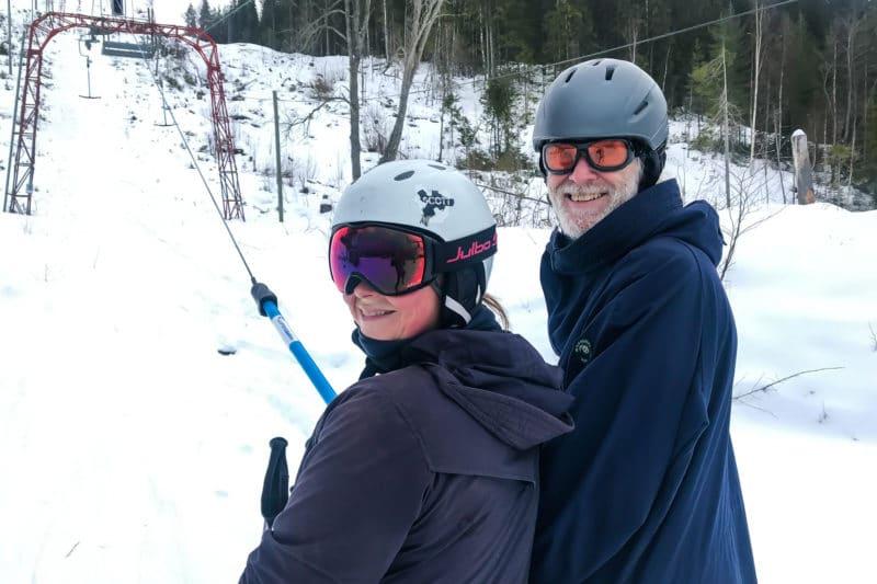 Karin Kjers och Martin Hallén på väg upp för ett efterlängtat åk i Björnbergets slalombacke. Foto: Morgan Grip