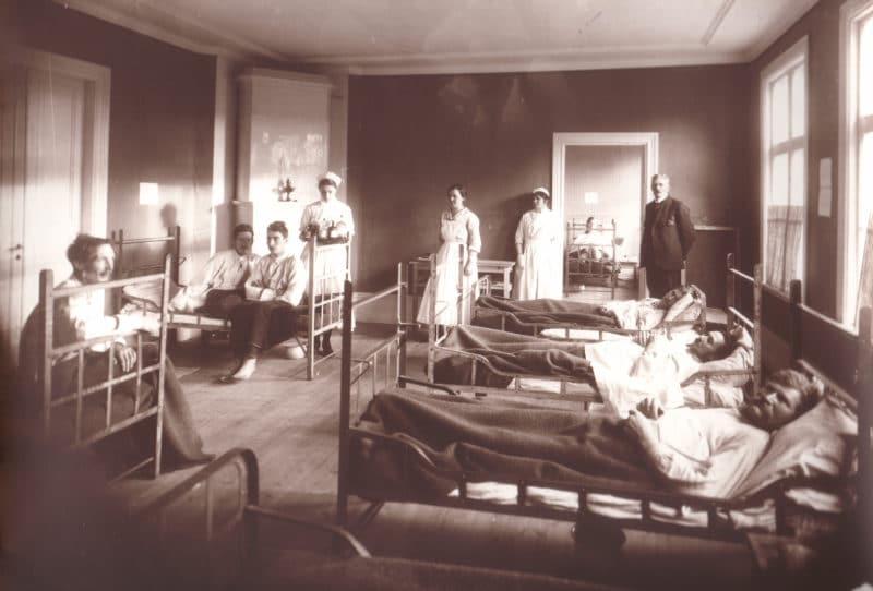 Ett påskägg fyllt med en bildkavalkad svegshistoria – ånglok, spanska sjukan och familjen Flinta