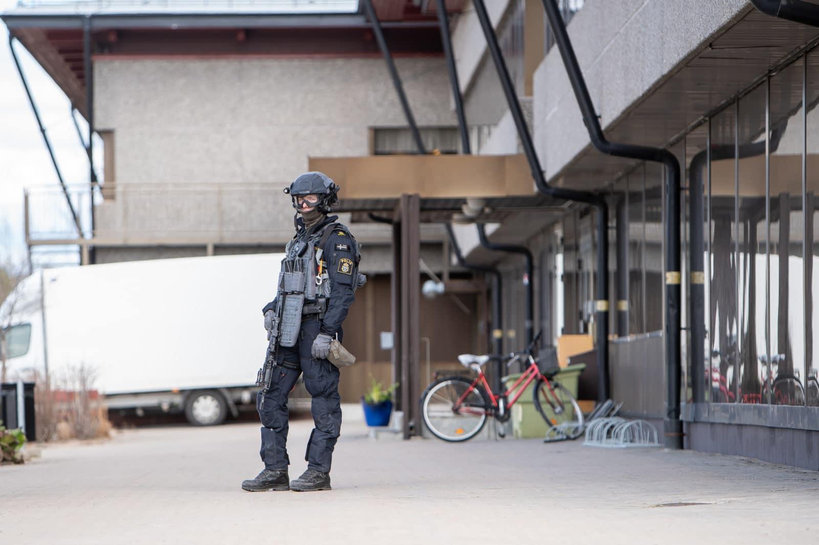 Medborgarhuset i Sveg spärrades av efter att en kommunal verksamhet mottagit ett hot. Tungt beväpnad polis anlände vid 15-tiden på onsdagen, även polishelikopter var på plats. Foto: Morgan Grip