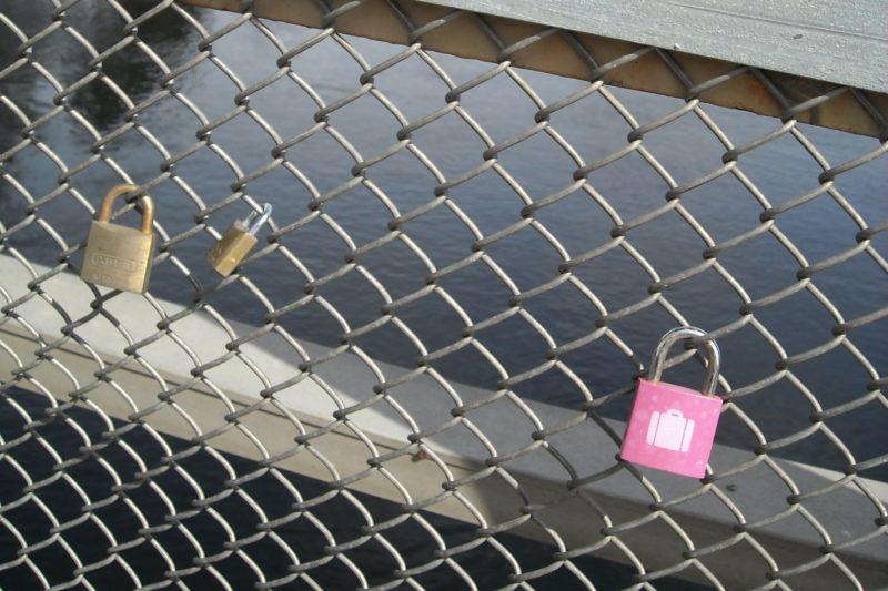 Kärlekslåsen, kärleksstigen och flickan på glasberget