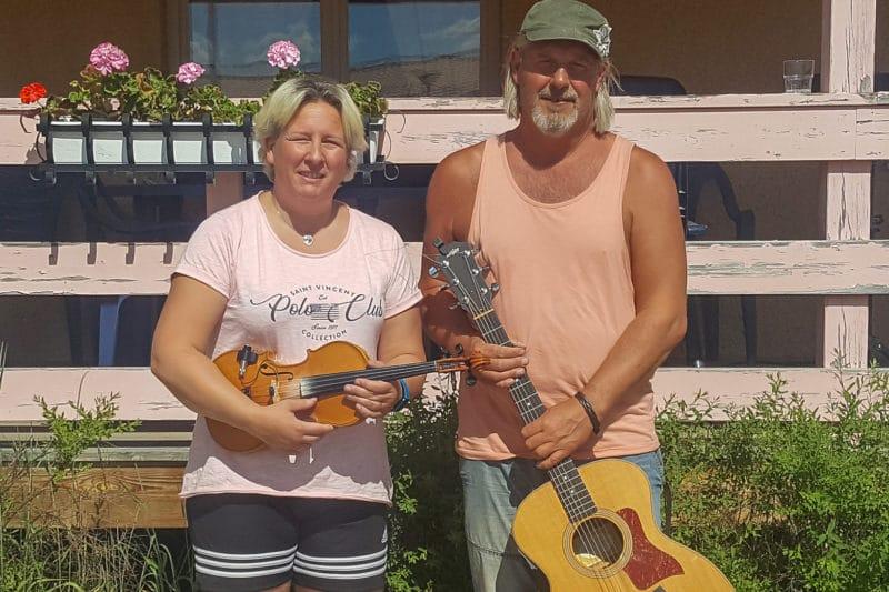 Erika och Rune på musikalisk utomhusturné till äldreboenden