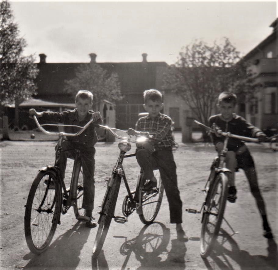 Småtuffa cyklister på bakgården till Svegs Snabbköp. Från vänster Pär Agardh Sandström, Lars-Erik Tagesson och Perra Westerlund.