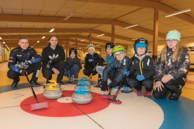 Christoffer Sundgren och Emil Hermansson delade med sig av sina kunskaper och erfarenheter till curlingungdomar
