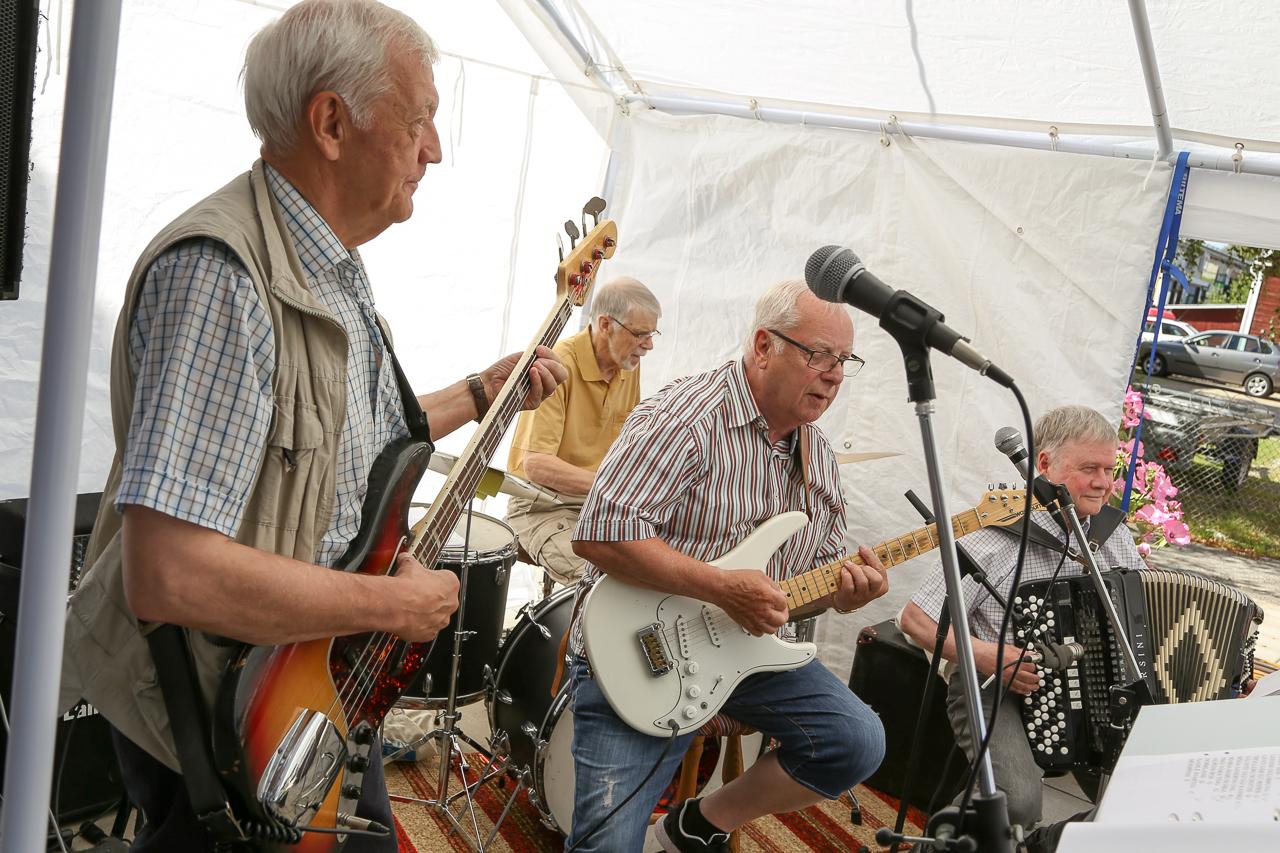 Rulltårtan avnjöts ackompanjerad av livemusik framförd av Stefan Åslund, Rolf Olsson, Rolf Byqvist och Jan-Inge Persson. Foto: Morgan Grip