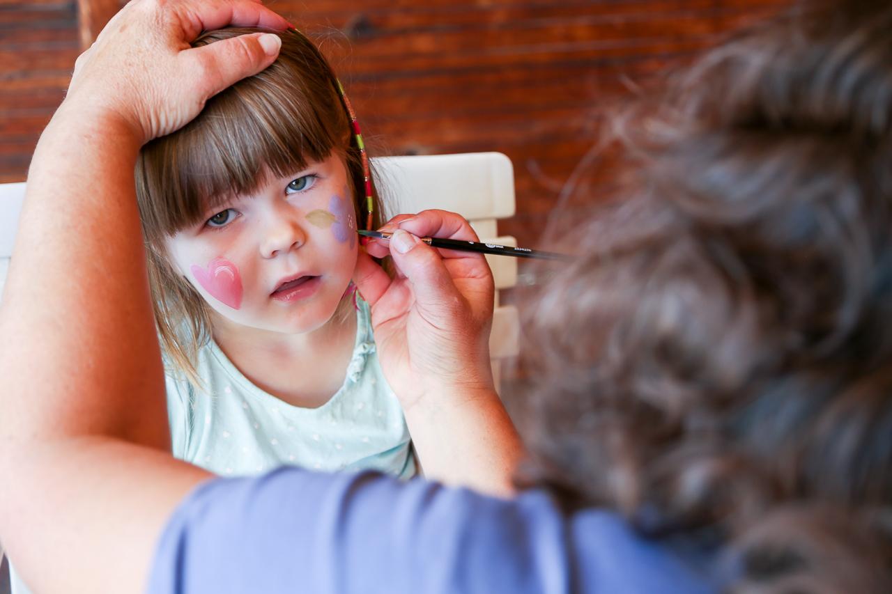 Tilda Zackrisson, 5 år, från Göteborg var och hälsade på farmor och farfar i Sveg och passade på att få en ansiktsmålning av Nancy Persson. Foto: Morgan Grip