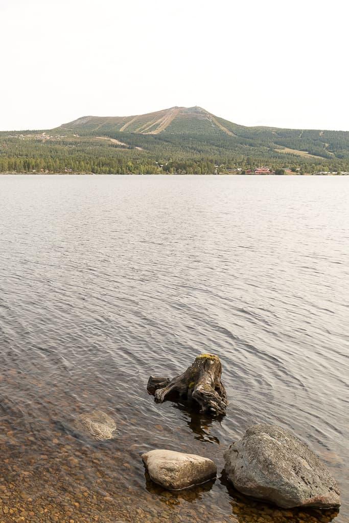 En utökad parkering vid Lofsdalssjön kommer att anläggas, där även rörelsehindrade skall ges möjlighet att använda vindskydd och få närheten till sjön med utsikt mot Hovärken. Foto: Morgan Grip