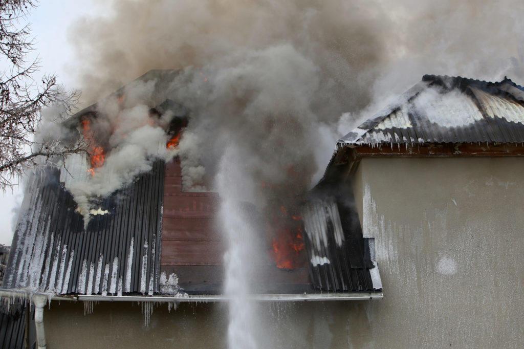 Det brinner fortfarande nu på morgonen i det övergivna fd Hagmans pensionat i Sveg och räddningstjänsten arbetar febrilt med att släcka. Foto: Morgan Grip