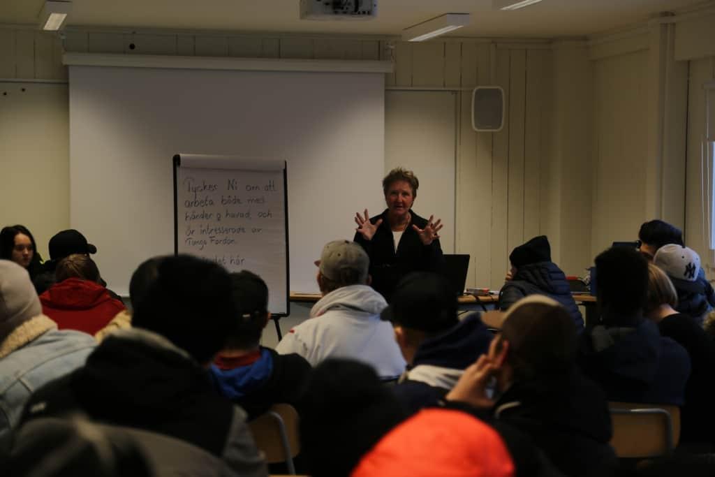 Många var nyfikna på Fordonsprogrammet och läraren Gun-Christin Storensten berättade om utbildningen och vilka möjligheter den ger. Foto: Tanja Frisk
