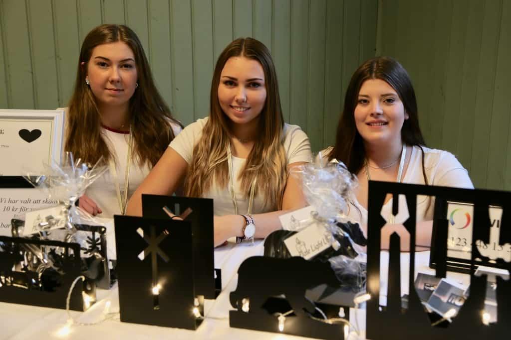 Thea Gisselman, Elin Backén och Lina Carlström har designat egna ljuslampetter i plåt och driver företaget Plate light UF. Foto: Jessica Grip