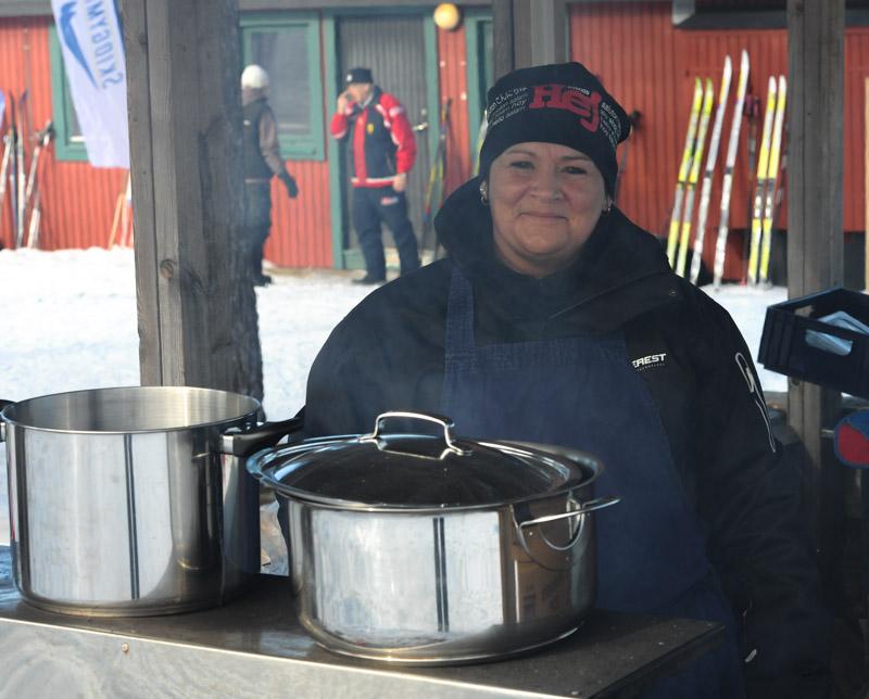Ingrid Nilsson hade flyttat ut grytorna för att servera lunch Foto: Morgan Grip