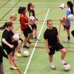 Fotbollsdamerna hoppas på att hitta en tränare inför säsongen