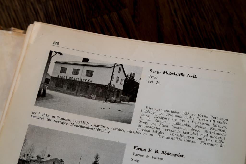 """I boken """"Sveriges privata företagare Norrland"""" från 1943, kan man läsa om flera vid tidpunkten verksamma företag i Sveg, bland annat Svegs Möbler. Foto: Morgan Grip"""